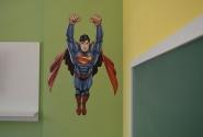 Detalhe do adesivo do super herói.